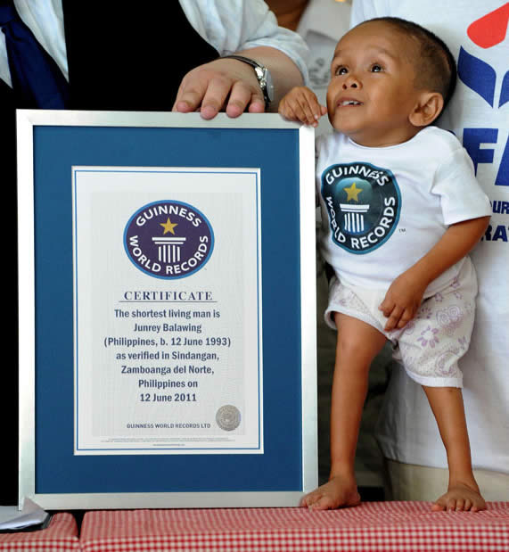 Junrey vive con sus padres   Concepci  243 n  de 35 a  241 os  y Reynaldo  de    The Smallest Person In The World 2013